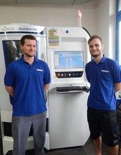 Lubomir Babek und Christian Wallner vor der neuen Messmaschine Walter CNC Helicheck PRO